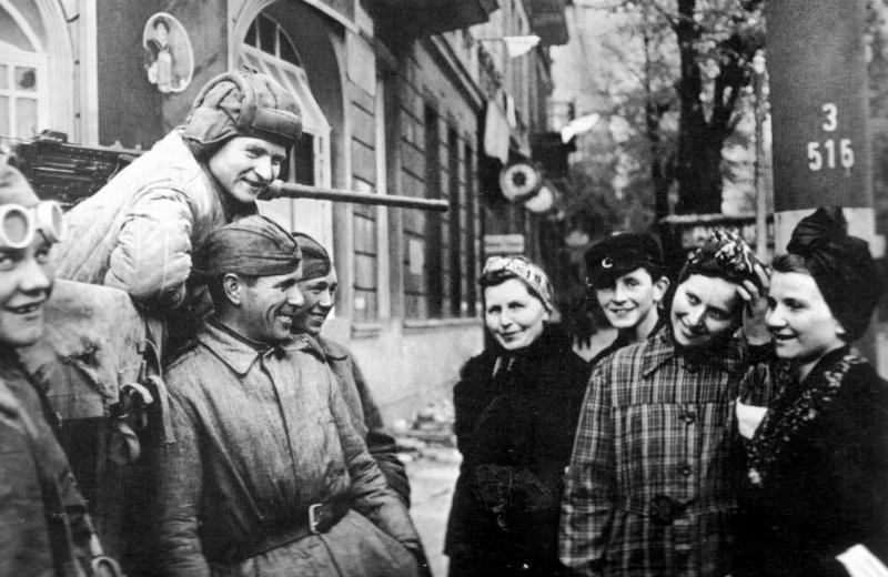 Первый день мира в Берлине. Советские солдаты общаются с мирными жителями. 1945.