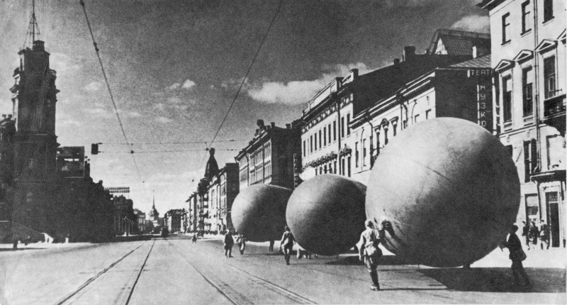 Заградительные аэростаты на Невском проспекте блокадного Ленинграда.