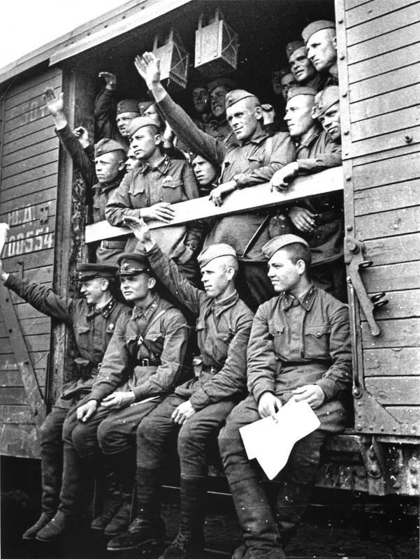 Отправка советских солдат и командиров на фронт.