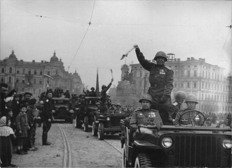 Автоколонна на параде в Киеве 1 мая 1945 года. Киев, Украина, СССР. 01.05.1945