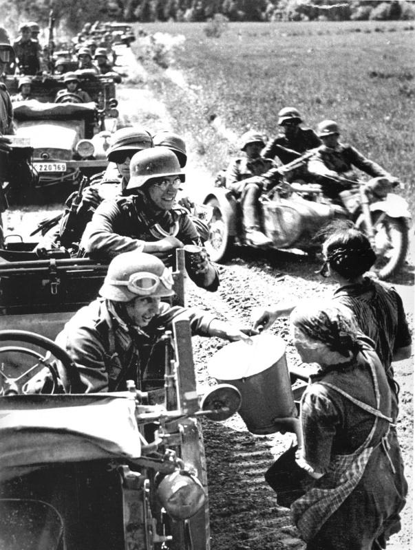 Литовские женщины дают воду немецким солдатам.