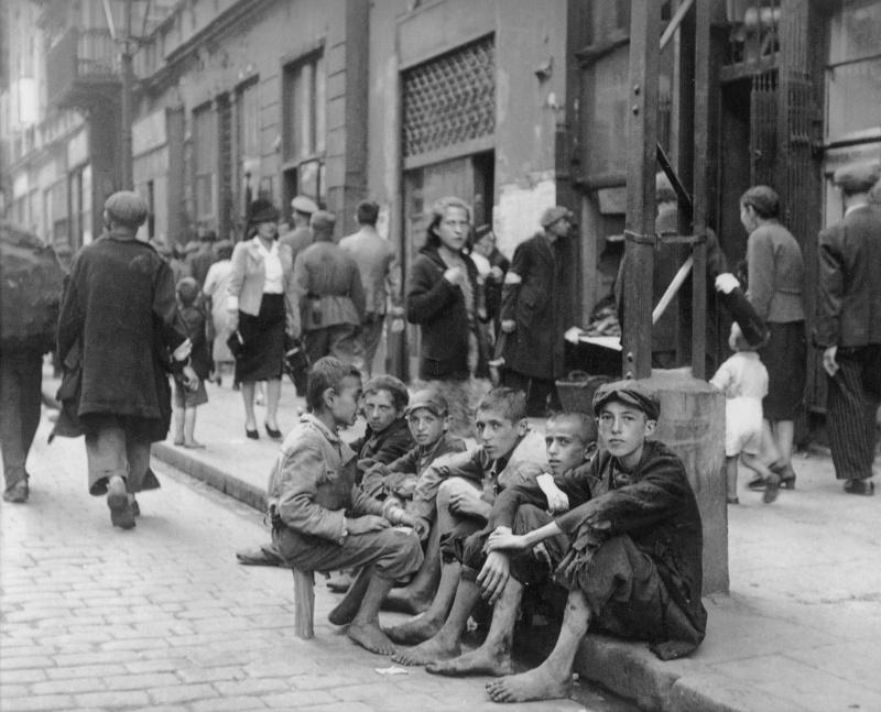 Подростки в варшавском гетто на улице Новолипие (Nowolipie). Источник информации о фото: blogdofavre.ig.com.br