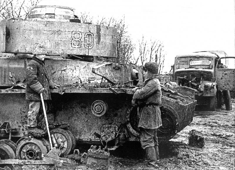 Дети у подбитого советскими войсками немецкого танка.