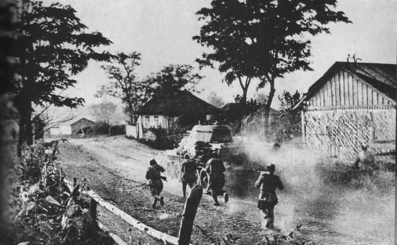 Советская пехота при поддержке танка Т-34 ведет бой в украинском селе. Лето 1943 года. Источник информации о фото: commons.wikimedia.org