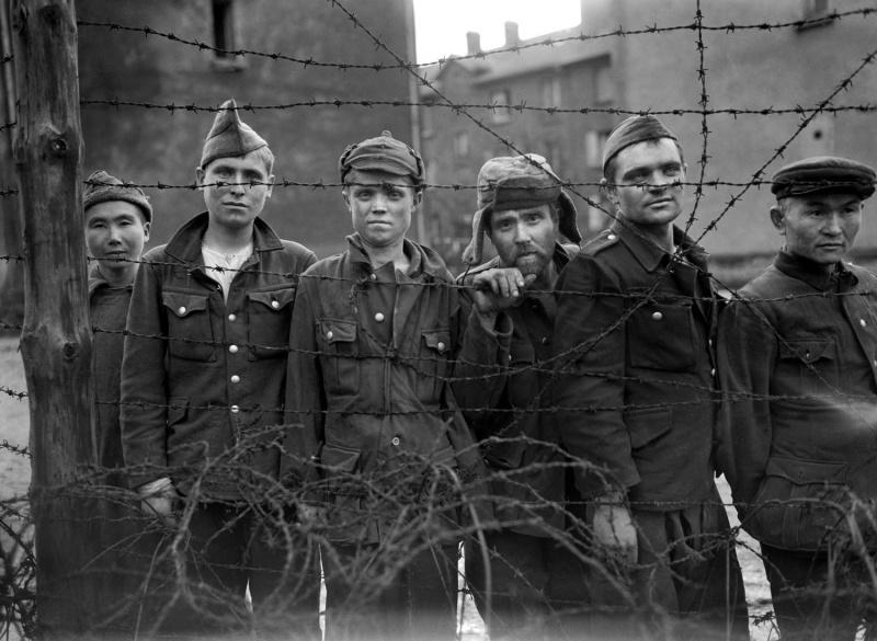 Освобожденные американцами советские военнопленные из лагеря у пограничного с Германией французского городка Саргемин (Sarreguemines). В общей сложности было освобождено около тысячи человек, на ряду с советскими военнопленными в лагере содержались сербы, поляки, итальянцы и французы. Источник информации о фото:  www.apimages.com Автор: Байрон Роллинз (Byron Rollins). 1945