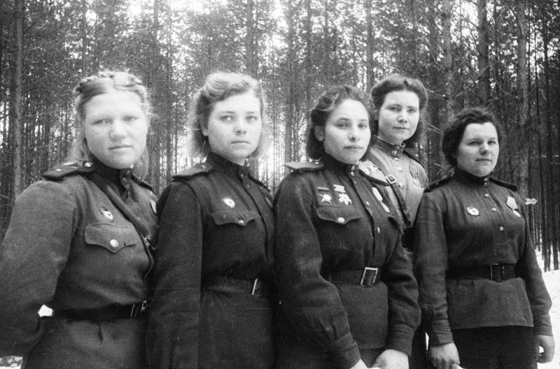 Девушки-санинструкторы 6-й гвардейской армии. 08.03.1944. Автор: Борис Вдовенко