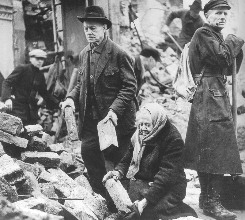 Жители Дрездена на разборе завалов после бомбардировок союзников 13-15 февраля 1945 года.