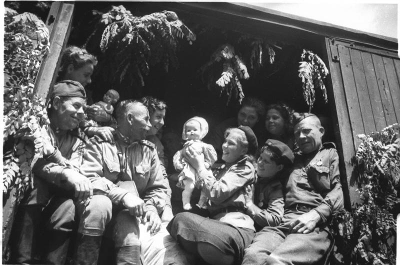 Советские солдаты фотографируются в вагоне поезда перед отправкой домой из Берлина. 1945. Автор: Наталья Боде.  Источник информации о фото:  www.fotosoyuz.ru
