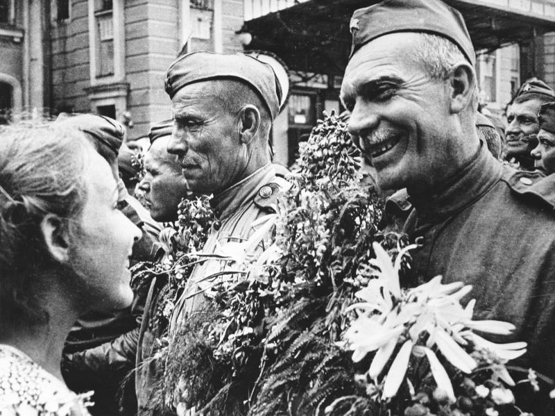 Встреча фронтовиков на Белорусском вокзале в Москве. Георгий Петрусов