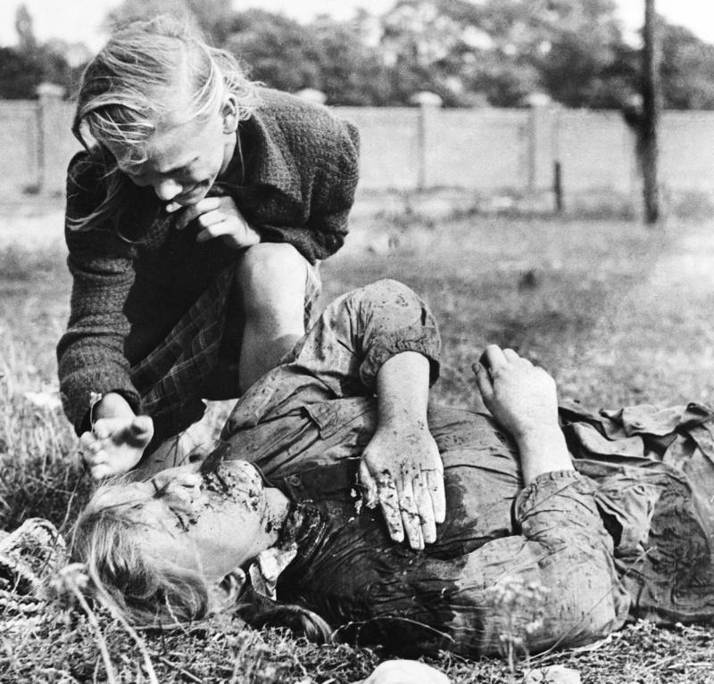 Десятилетняя польская девочка Казимира Мика (Kazimiera Mika) оплакивает сестру, которая была убита огнем немецкого пулемета в поле в окрестностях Варшавы.