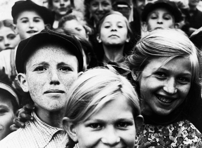Еврейские дети из гетто в польском городе Шидловец (Szydlowiec).