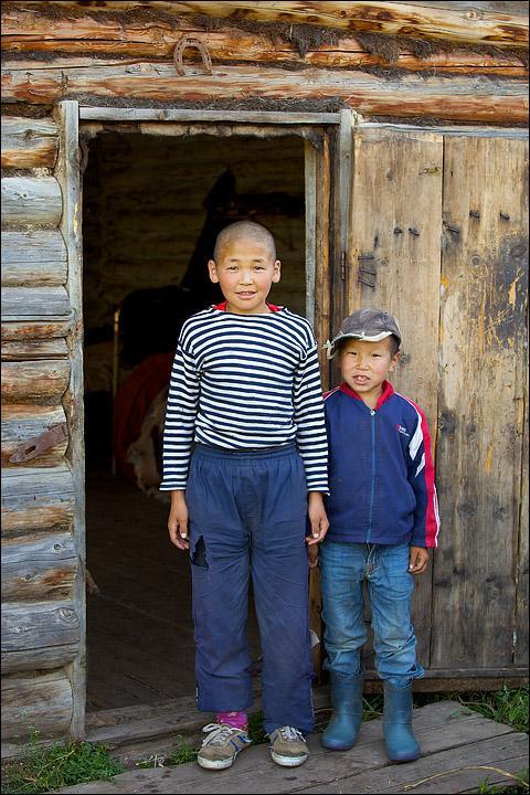 По соседству с заимками староверов находятся стоянки тувинских пастухов