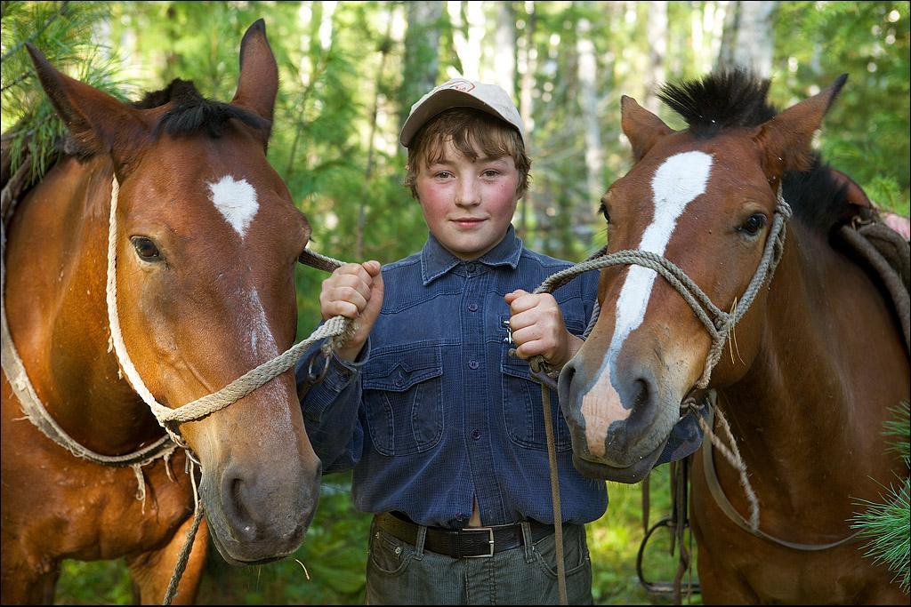 Для детей староверов конь – не проблема. Помогая по хозяйству, они рано учатся общаться с домашними животными