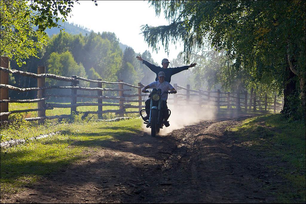 Мотоцикл для подростка в поселке староверов – предмет гордости, увлечения и необходимости. Как и положено мальчишкам, они с ловкостью циркачей продемонстрировали приезжему фотографу все мастерство управления двухколесным моторным чудом. Чодураалыг