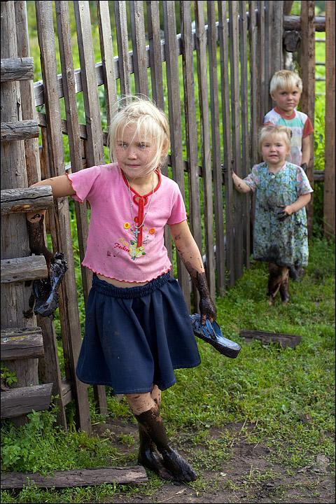 Младшие Поповы нашли замечательную лужу с черной грязью. Малый Чодураалыг