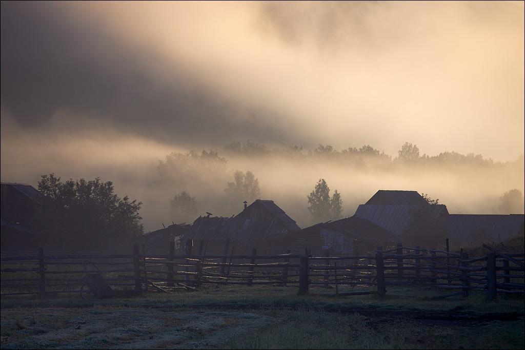 Заимка Чодураалыг находится на высоте 800 м над уровнем моря, и здесь по утрам в виде тумана ложатся облака