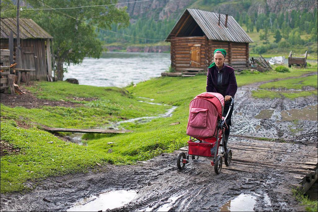 Своих будущих жен парни ищут в других поселениях староверов. Уезжают на полгода, иногда на год. Машу сосватали в далеком селе Красноярского края. Эржей