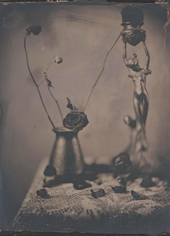 Геннадий Смирнов. Мертвые цветы и танцующая девушка. Амбротип 18х24 см на прозрачном стекле