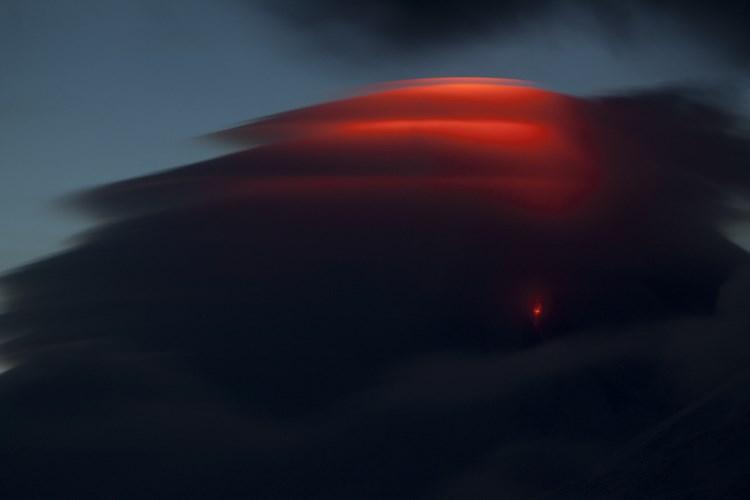 Лентикулярное облако над извергающимся вулканом. Фото: Юля Пушкарева