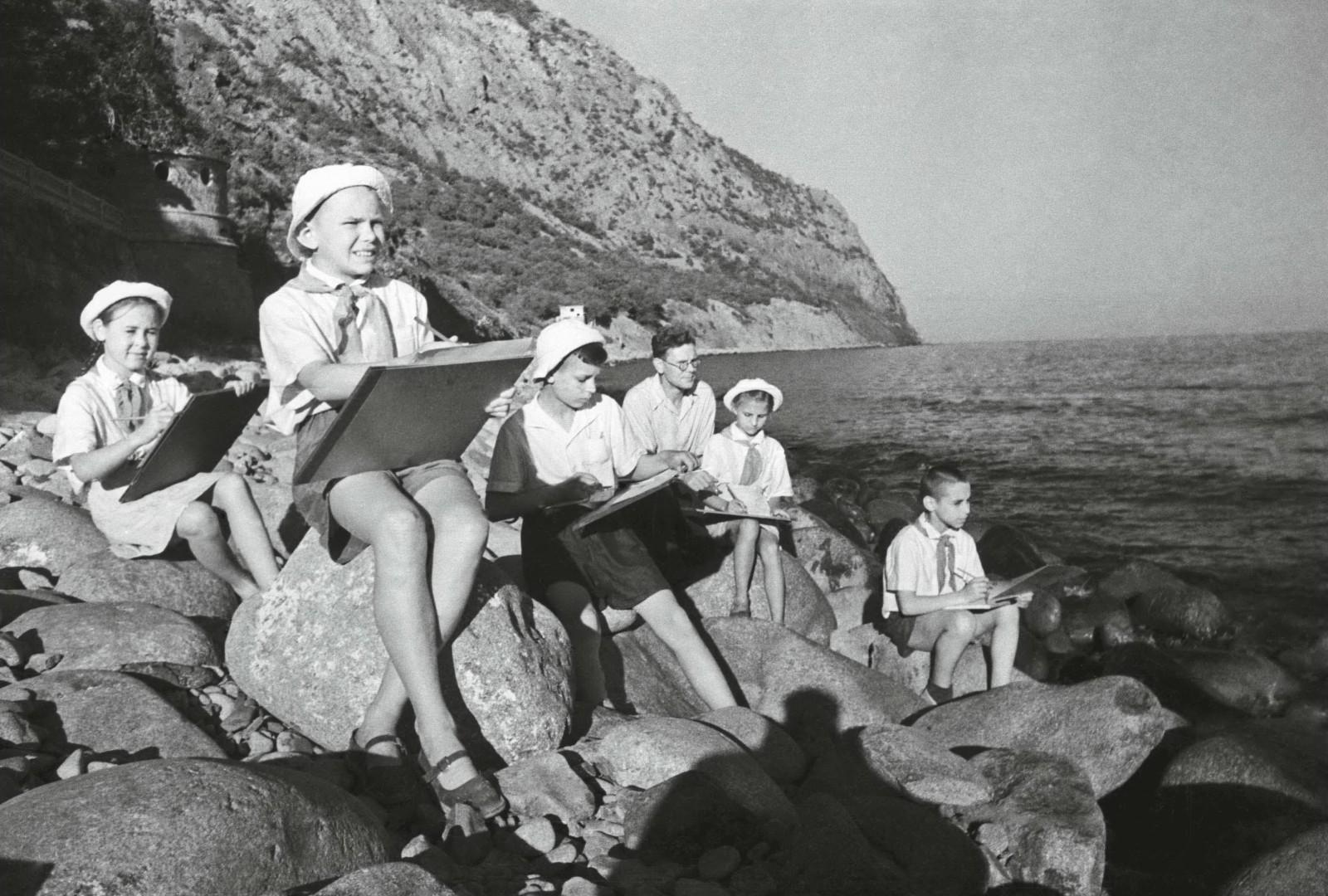 Юные художники на берегу Черного моря. 1950 год