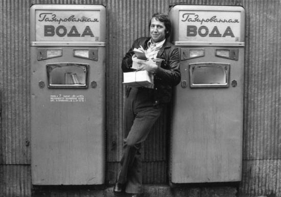 Дмитрий Воздвиженский и Нина Свиридова. У автоматов с газированной водой. 1970