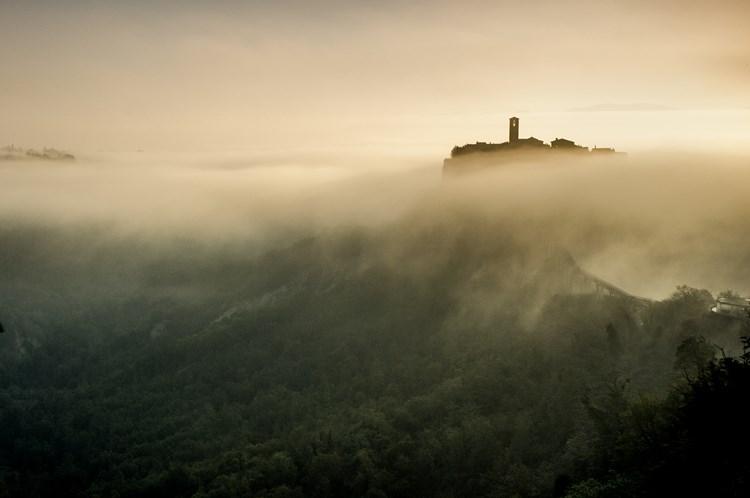 Чивита ди Баньореджо в утреннем тумане