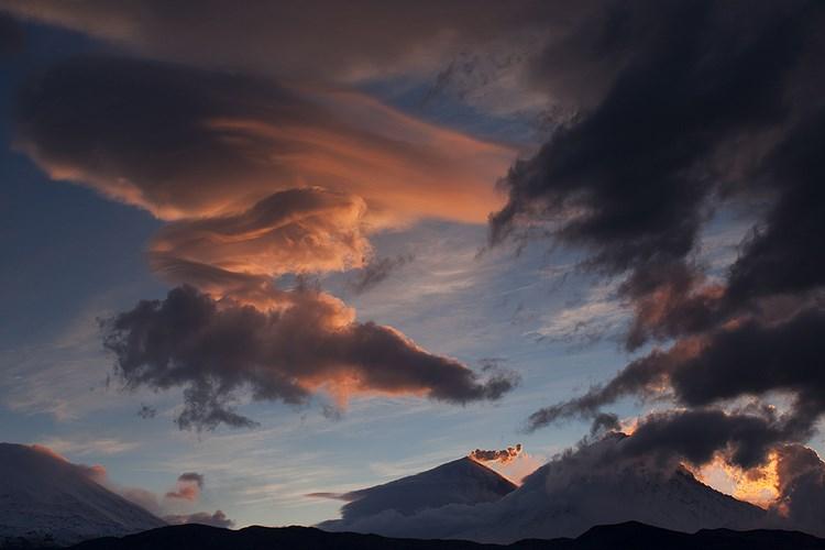 Лентикулярные облака, подсвечиваемые потоками лавы. Фото: Денис Будьков