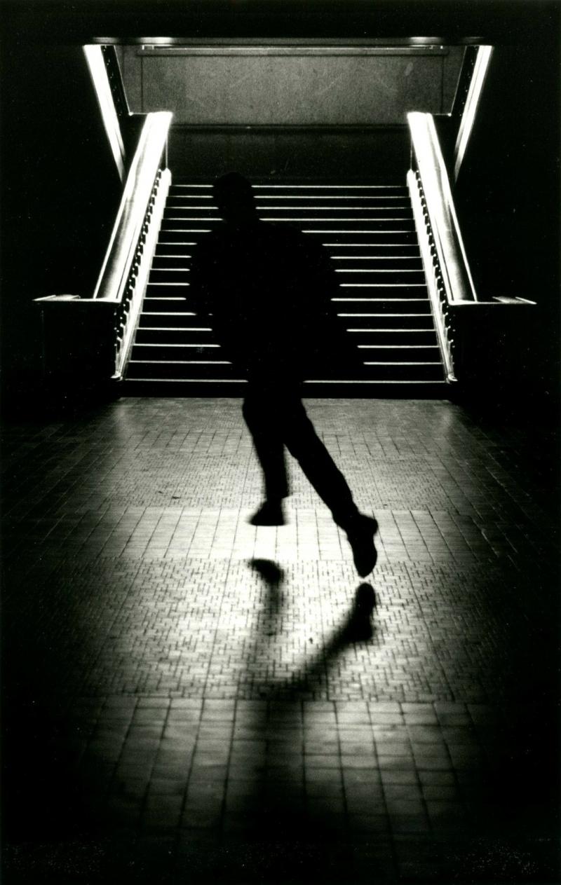 Париж. Бегущая фигура. Фото Сабин Вайс