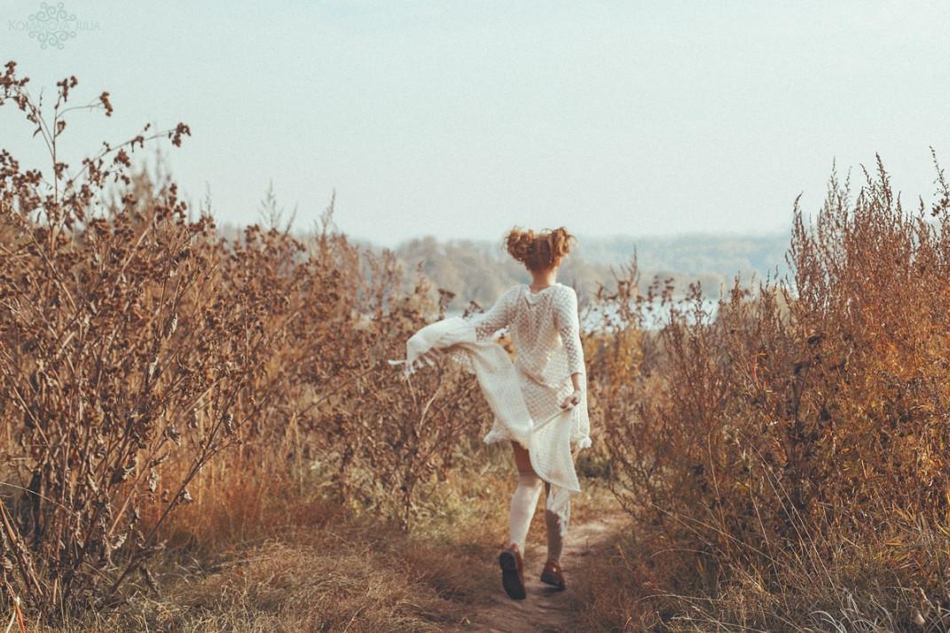 Автор фото: Julia Komarova. Бегущая девочка