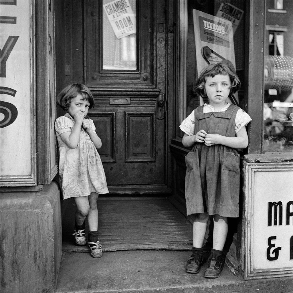 Девочки у входа в магазин. Фото Вивиан Майер