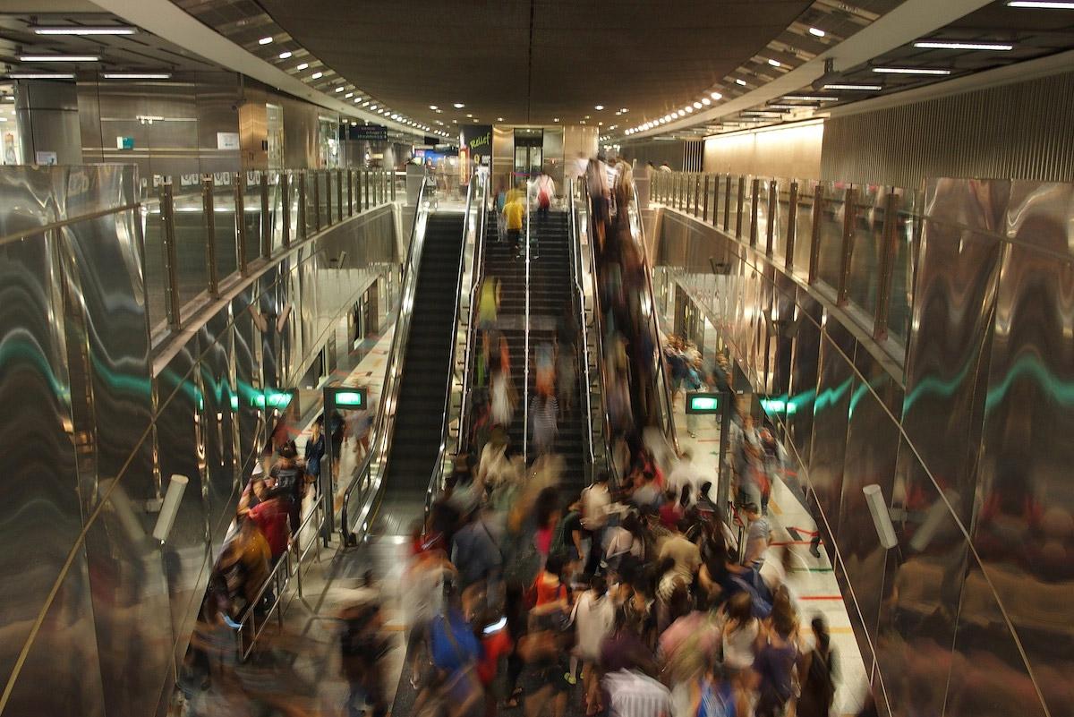 Сингапур, эскалатор, тестовые фото OLYMPUS Stylus 1