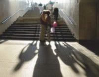 4. «Шарики» из серии «Москва для поцелуев»  В контровом  свете невысокого утреннего солнца – парочка влюбленных, осененная почти божественным нимбом. Они – главное в кадре. Я расположил их в центре композиции и  спроецировал фигуры на темную поверхность лестницы так, чтобы сияние, исходящее от голов, контрастировало с фоном. Шарики яркими цветными пятнами подчеркивают романтичность и праздничность момента. Тени, которые тянутся от нижней кромки кадра, приводят взгляд зрителя к ногам целующихся влюбленных и одновременно уравновешивают его, соединяя в единое целое светлую, пустоватую нижнюю часть снимка и темную верхнюю.  Камера Nikon Coolpix 5000. Чувствительность 100 ASA. Выдержка 1/250 сек. Диафрагма 5,6.
