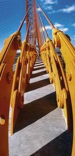 11. «Мост в Сургуте»  Погожий солнечный день. Редкие облачка почти не рассеивают света. Переднебоковой свет создает резкие контрастные тени. Кричащие краски необычайно трудно привести к гармонии. Пришлось построить кадр так, чтобы в него попали только серый бетон, желтые и красные детали моста и контрастирующее с теплой гаммой синее небо. Диагональные черточки теней использованы для усиления линейной перспективы. Они подчеркивают величину сооружения. Камера Горизонт 202 (пленочный панорамный аппарат Красногорского завода  с размером кадра 24 мм на 60 мм). Слайд Fujifilm Astia 100 ASA. Выдержка 1/125 сек. Диафрагма 11.