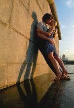 15. «На закате» Из серии «Москва для поцелуев». Свет заходящего солнца окрашивает картинку в теплые тона. Треугольник, образованный фигурами влюбленных и их тенью, прочно стоит на мокром граните причала. Равновесие в кадре держится именно на этом треугольнике.Камера Nikon Сoolpix 5000 с широкоугольной насадкой. Чувствительность 100 ASA. Выдержка 1/30 сек. Диафрагма 5,6.